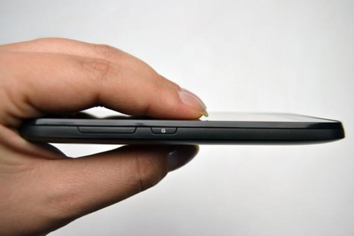 Não é fino como o Galaxy S II, mas ainda é bonito (Foto: Stella Dauer)