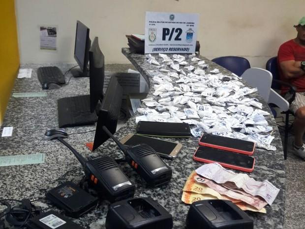 Droga apreendida com o grupo foi encaminhado à 127ª DP (Foto: Polícia Militar/Divulgação)