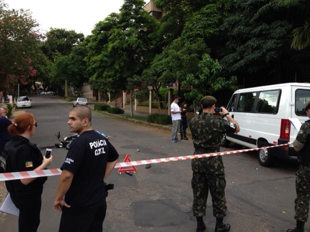 Motociclista morreu após colidir com van em Porto Alegre (Foto: Marcos Pacheco/ RBS TV)