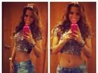 Renata Santos usa shortinho e exibe look com barriga chapada