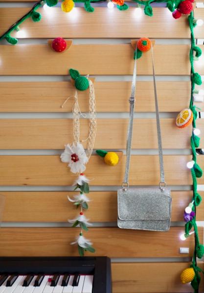 Repare nos puxadores de crochê em formato de frutas, do Ateliê Nina Moraes (Foto: Andrea Marques para NaToca/Divulgação)