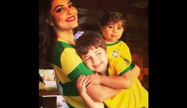 Juliana Paes e filhos com roupa do Brasil (Foto: Instagram / Reprodução)