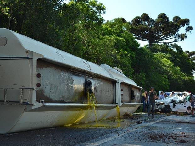 Caminhão com óleo vegetal tombou na pista (Foto: Fábio Pelinson/O Alto Uruguai)