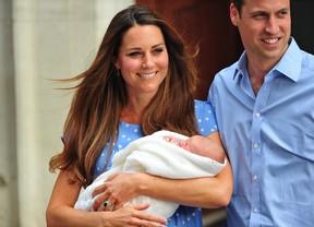 Kate Middleton e Príncipe William com o bebê na porta da maternidade (Foto: AFP / Agência)