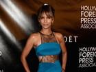 Halle Berry usa vestido justo e com transparência em evento com famosos