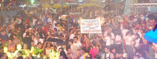 Chuva não conseguiu afastar o público da Finalíssima do Forró Fest  (Foto: Taiguara Rangel/G1)