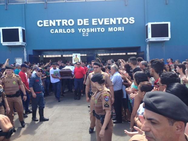 Caixão com o corpo de Danilo deixa o local onde o velório era realizado (Foto: Bruna Kobus/RPC)