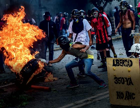 Manifestantes em Caracas,na semana passada.A oposição tomou as ruas contra a Constituinte dos chavistas (Foto:  RONALDO SCHEMIDT/AFP)