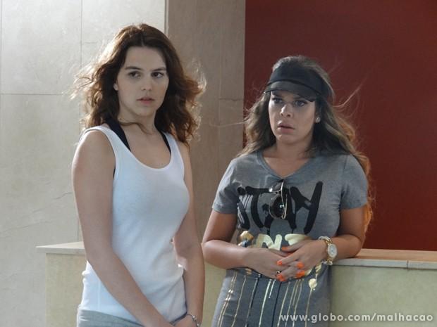 Anita e Berna ficam chocadas ao ver a pegação!!!!! (Foto: Malhação