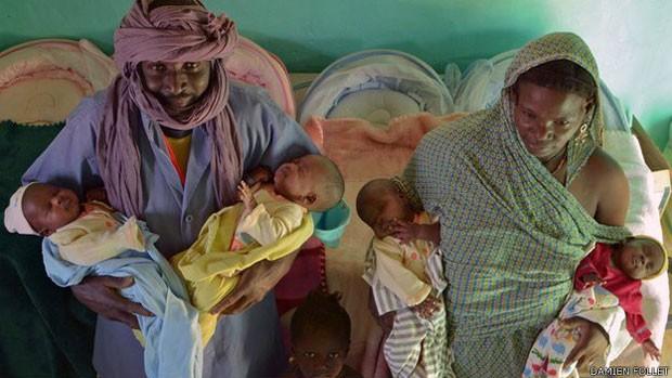 Após cruzar deserto, família teve uma surpresa ao descobrir gravidez com quadrigêmeos (Foto: Damien Follet)
