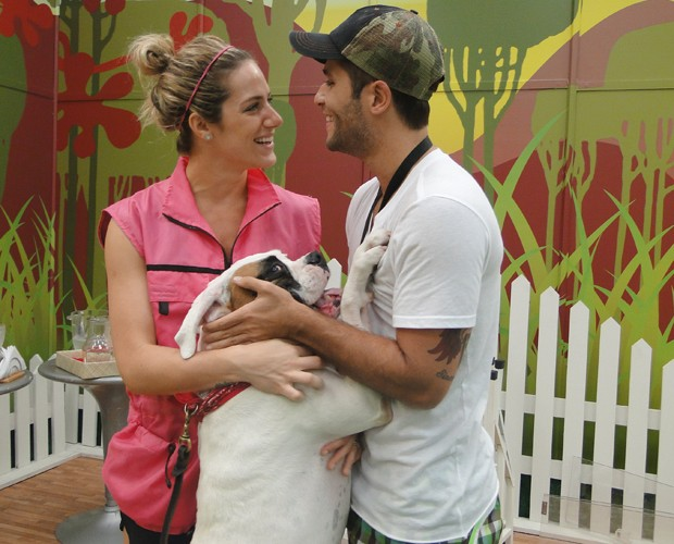 Giovanna Ewbank recebe marido Bruno Gagliasso no ensaio da Cachorrada VIP (Foto: Domingão do Faustão / TV Globo)