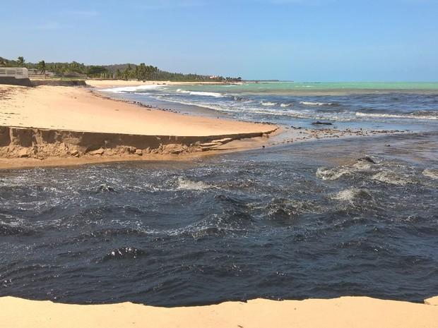 Riacho Doce voltou a despejar esgoto no mar nesta quarta-feira (Foto: Waldson Costa /G1)