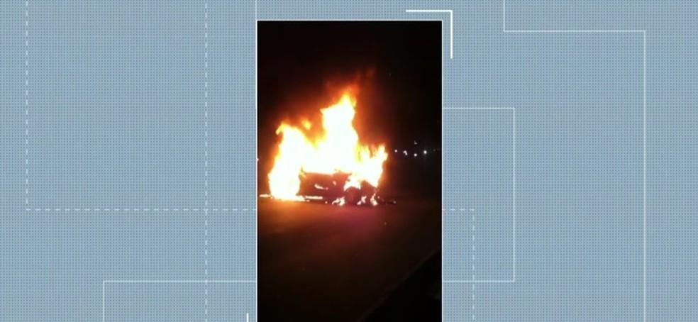 Veículo ficou em chamas após batida na Avenida dos Bandeirantes, em SP (Foto: Reprodução/TVGlobo)