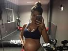 Aryane Steinkopf se exercita na reta final da gravidez e mostra barrigão