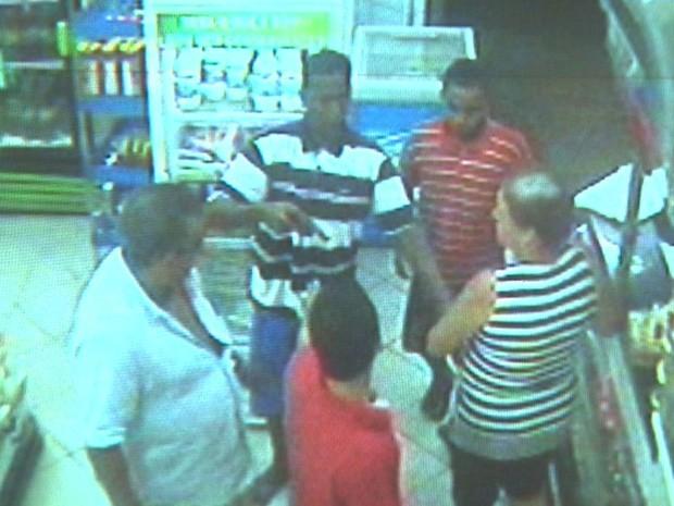 Dupla armada rende clientes e comerciante na padaria antes de atirar no pastor (Foto: Reprodução/EPTV)