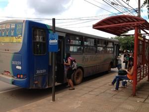 Passageiros reclamam da demora dos ônibus (Foto: Ivanete Damasceno/G1)