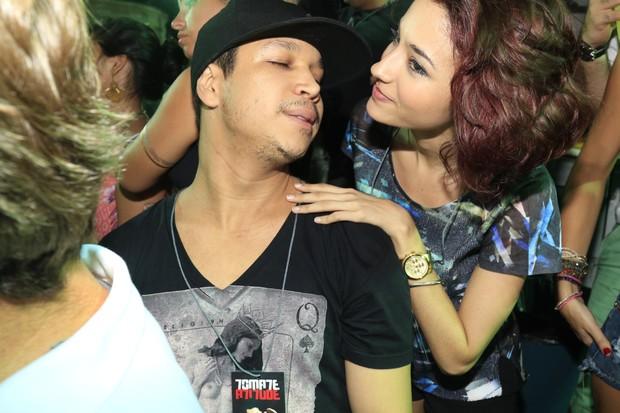 Carolina Oliveira beija o namorado Felipe Mojave (Foto: Fred Pontes/Divulgação)