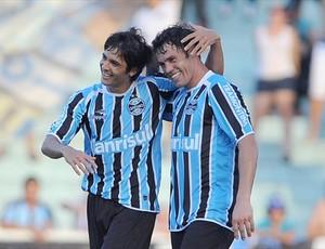 Bertoglio comemora gol com Kleber (Foto: Edu Andrade / Grêmio FBPA)