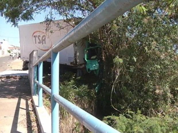 Por pouco caminhão não cai em um rio (Foto: Reprodução TV TEM)