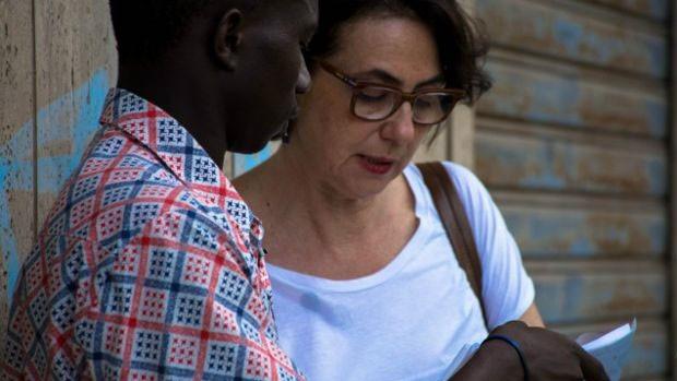 Tutora voluntária, acompanha um jovem na retirada de sua identidade italiana  (Foto: AccoglieRete)