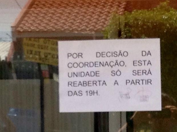 Cartaz na porta da UPA de Foz do Iguaçu informa que atendimento será retomado somente a partir das 19h (Foto: Rodrigo Soares / RPC TV)