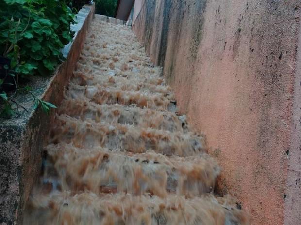 Escada de casa vira 'cachoeira' de lama após fortes chuvas em Itapiranga (Foto: Elias Schneider/Portal Peperi)