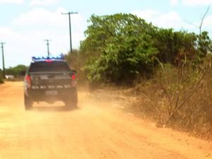 Viatura da Decap faz busca pelo corpo  (Foto: Rafael Barbosa/G1)