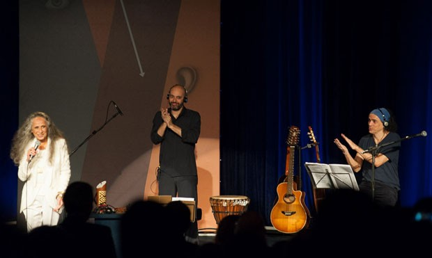 Maria Bethânia no show de abertura da 24ª Bienal Internacional do Livro de SP; ela se apresentou ao lado do percussionista Carlos Cesar (ao centro) e o violonista Paulo Dáfilin (à direita) (Foto: Divulgação)