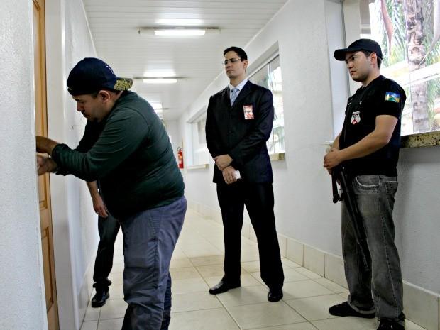 Policiais civis cumprem mandado de busca e apreensão no gabinete do deputado Jean de Oliveira (Foto: Halex Frederic/G1)