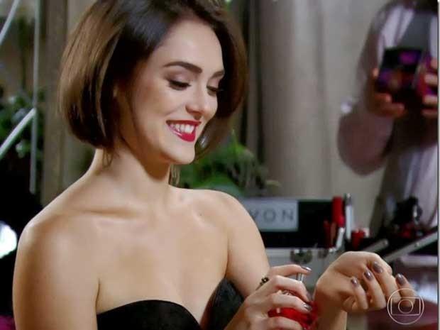 Giane fica linda com as dicas de maquiagem do Tio Lili (Foto: Sangue Bom/TV Globo)