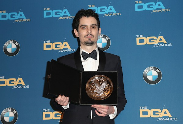 Damien Chazelle com o prêmio do Sindicato dos Diretores (Foto: Getty Images)