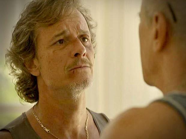 Max dá um jeito de se livrar das perguntas de Leleco (Foto: Avenida Brasil/TV Globo)