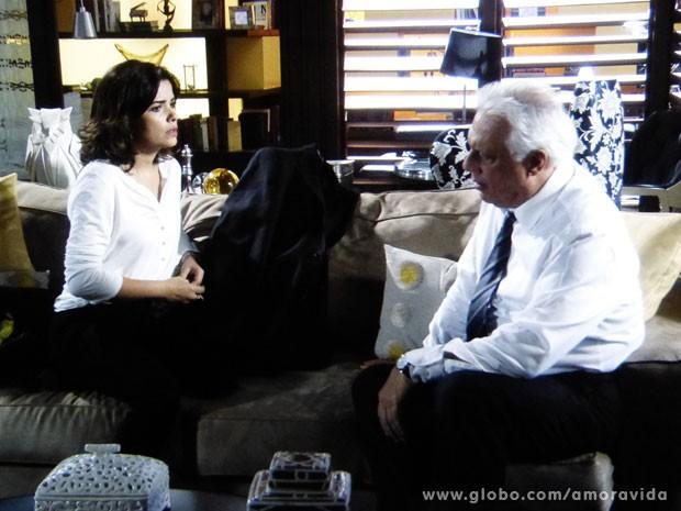 Aline não para de envenenar César contra sua família (Foto: Amor à Vida/ TV Globo)