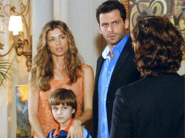 Alberto chega bem na hora que Cassiano e Ester estão levando Samuca (Foto: Flor do Caribe / TV Globo)