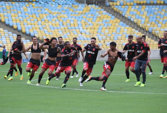 Jogadores na atividade realizada no gramado do estádio (Foto: Gilvan de Souza/Flamengo)