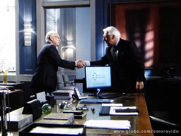 César combina com o dono de uma empresa para não empregar Félix (Foto: Amor à Vida / TV Globo)