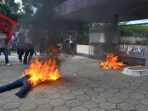 Boneco é queimado na porta de prefeitura de Aracaju (Foto: Marina Fonele/G1)