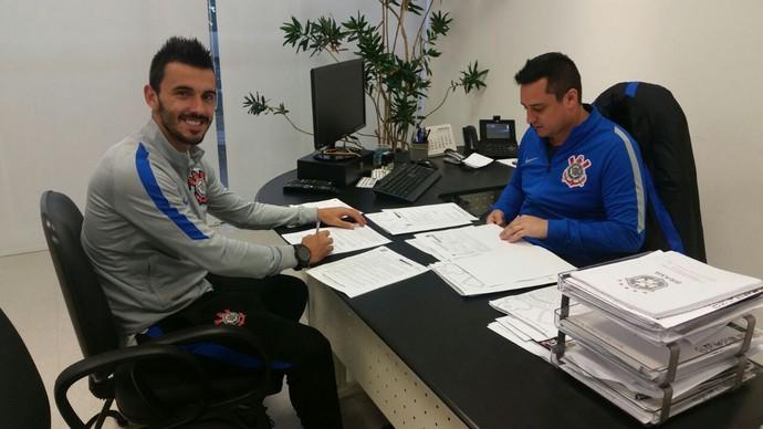 Uendel assina novo contrato com o Corinthians (Foto: Divulgação/Corinthians)
