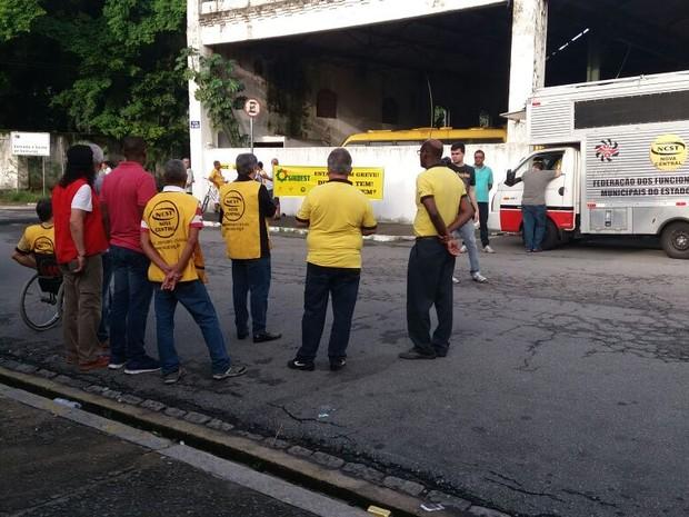 Sindicalistas e servidores se reuniram em frente a garagem da prefeitura (Foto: Sindest)