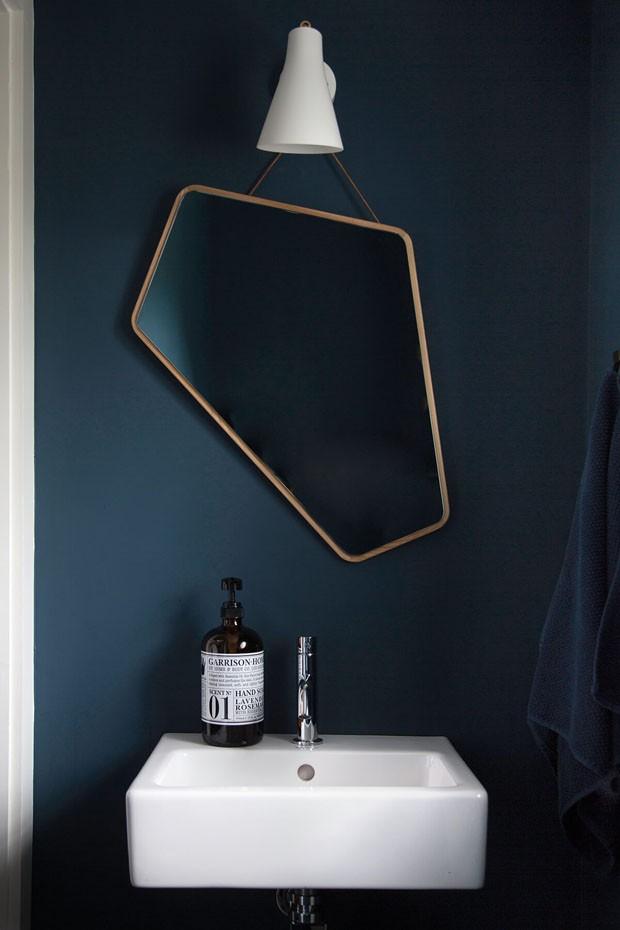 Décor do dia: lavabo escuro com espelho assimétrico (Foto: reprodução)