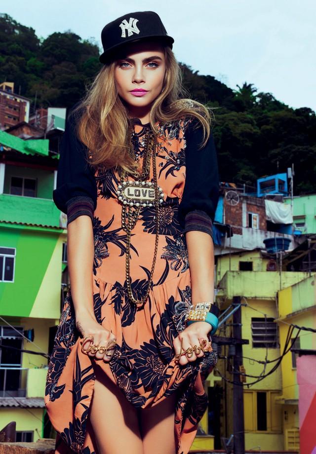 """""""Esta foto foi feita durante um editorial para a Vogue no Morro Dona Marta, em Botafogo. A ENERGIA estava incrível. A Cara Delevingne adorou o clima carioca e nem a chuva que estava caindo atrapalhou. Foi tudo PERFEITO"""" (Foto: JACQUES DEQUEKER. DONA CARA, 2014)"""