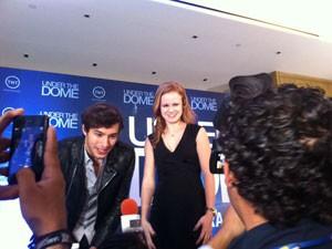 Alex Koch e Mackenzie Lintz durante o lançamento de 'Under the dome' no México (Foto: Letícia Mendes/G1)
