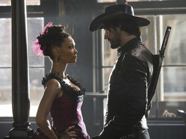 Thandie Newton e Rodrigo Santoro vivem anfitriões na série 'Westworld' (Foto: Divulgação/HBO)