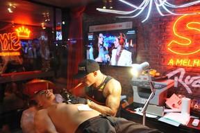 Di Ferrero fazendo tatuagem com Mariana Rios no telão (Foto: Bia Alves /AgNews)