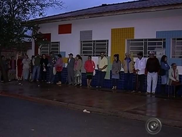 Moradores fazem fila no único dia de agendamento no Distrito do Tupi (Foto: Reprodução/ TV TEM)