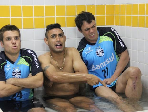 Ramiro, Werley e Kleber sofrem na banheira de gelo em treino do Grêmio em Brasília (Foto: Robson Stefani/RBS TV)