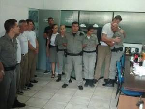 Policiais foram recebidos com festa (Foto: Reprodução/Facebook)