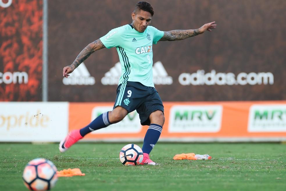 Guerrero treina finalizações na véspera da partida contra o Furacão (Foto: Gilvan de Souza / Flamengo)