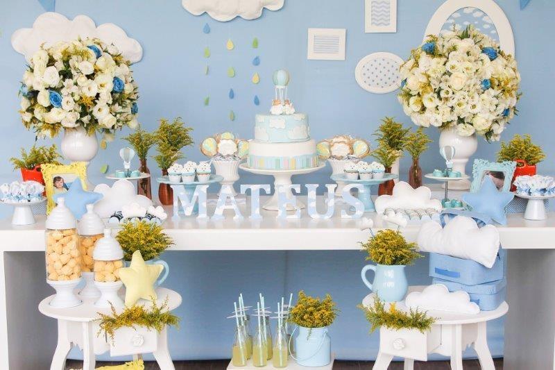 Os arranjos de flores deram cor e alegria a mesa  (Foto: Divulgação/Aline Amorim)