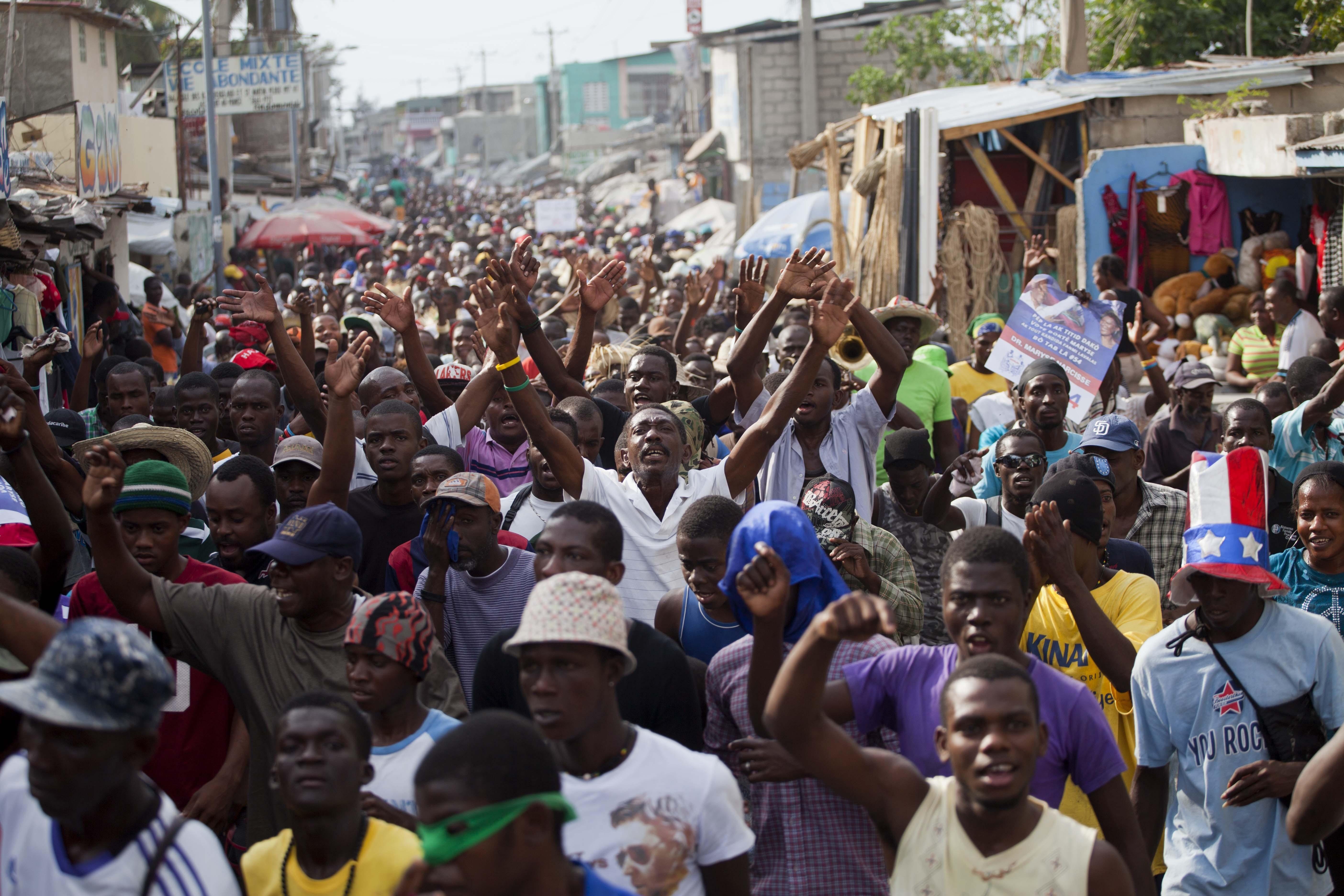 Protesto contra o governo do Haiti neste sábado (6) em Porto Príncipe (Foto: Dieu Nalio Chery/AP)